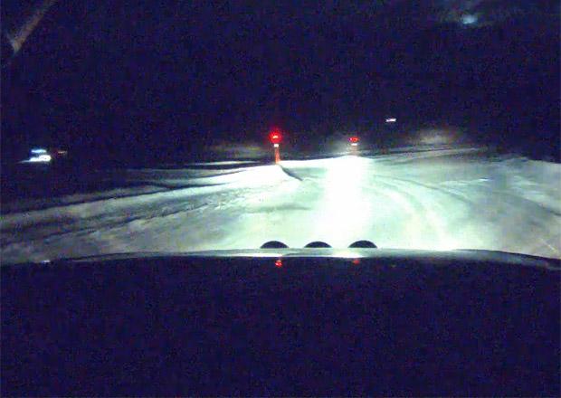 Noční jízda na ledu v podání profesionála. Zažili jsme mrazivé chvilky! (video)
