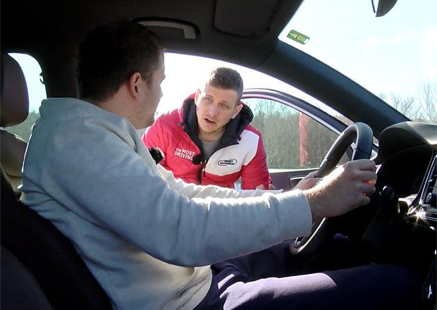 Škola bezpečné jízdy: Víte, jak si správně nastavit sedadlo a volant? (video)