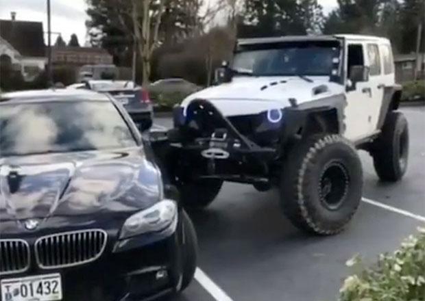 Jak (ne)řešit problémy se špatným parkováním? Tady je jeden ze způsobů (video)