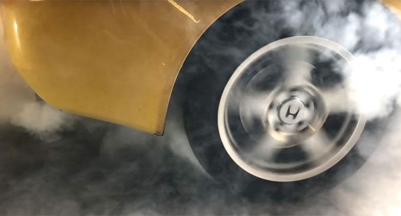 Burnout zadních pneumatik: Opravdu hoří jen gumy? Nenechte se zmást...