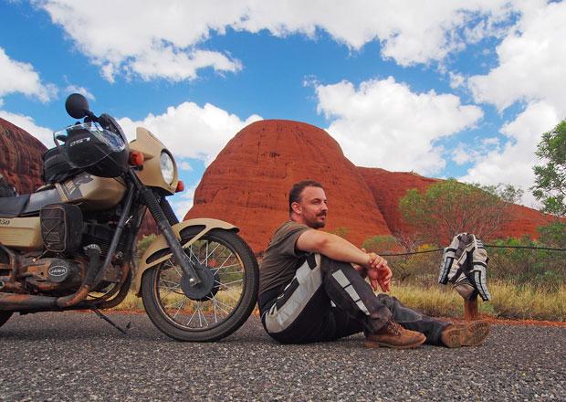 Na staré motorce projel Austrálii: Jawu nezastavil ani alkohol v nádrži