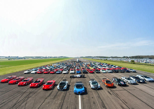 Víc superaut na jednom místě nevyfotíte. Jak vznikal snímek zachycující vozy za 1,6 miliardy Kč?