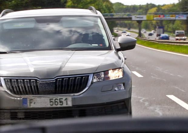 Škoda Karoq zachycena na boleslavské dálnici. Maskuje se jako ateca a kodiaq (video)
