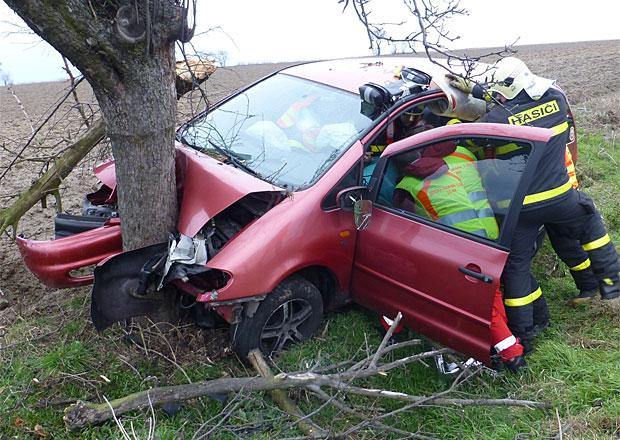 Rychlokurz první pomoci: Víte, co dělat po příjezdu k autonehodě? (video)