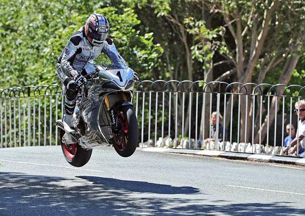 Isle of Man TT: Letos zemřeli tři lidé! Je to právě smrt, co diváky a závodníky přitahuje?
