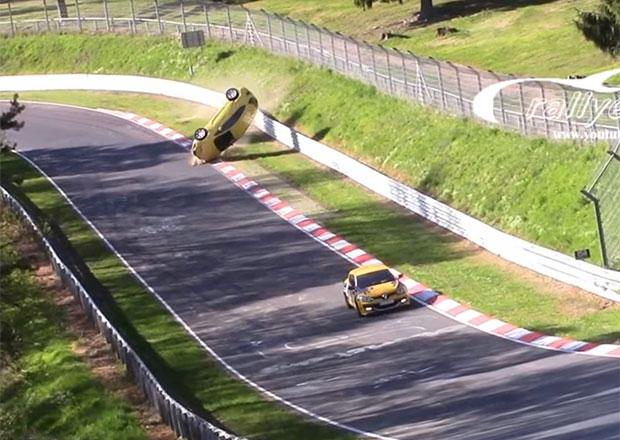 Další nehoda zNürburgringu: Rychlá jízda řidiče Astry skončila kotoulem