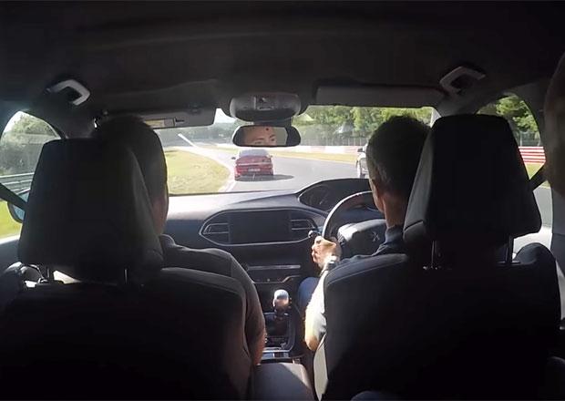 Řidič Peugeotu úřadoval na Nürburgringu. V jednom kole předjel 30 aut včetně Porsche!