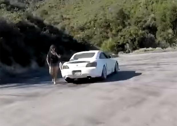 Video: Řidička nezvládla svou Hondu S2000, motorkář ji jen těsně minul