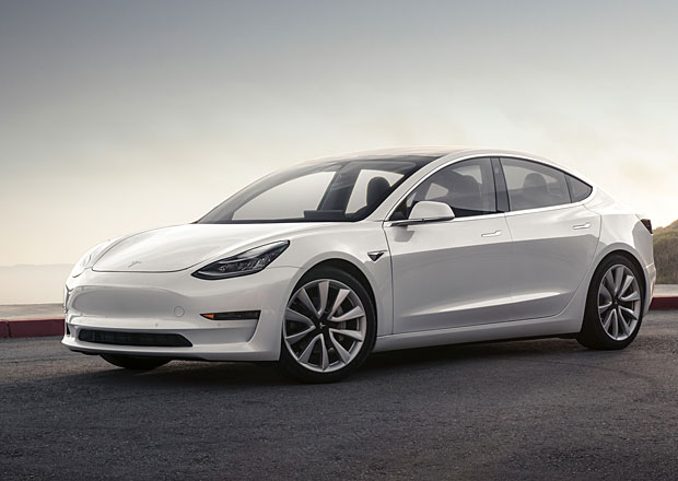 Tesla Model 3 oficiálně. Kolik ujede? A jak vypadá její interiér?