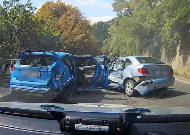 Zfetovaný řidič v kradeném autě ujížděl policii. Skončil špatně...