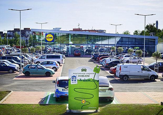 Čeští majitelé elektromobilů se mohou těšit na další dobíječky. Postaví je Lidl