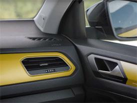 VW T-Roc nechává nahlédnout do svého interiéru. Bude hodně výrazný