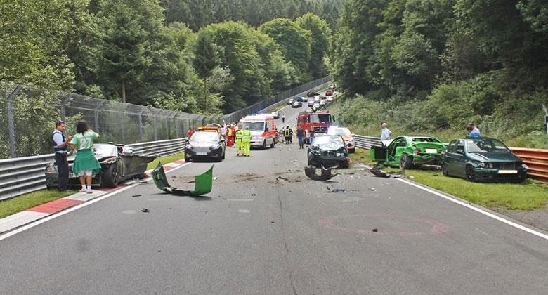 Hromadná nehoda deseti aut na Nürburgringu. Kvůli maličkosti