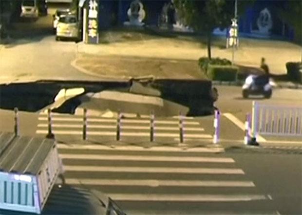 V Číně se propadla silnice, do díry zahučel skútrista bez helmy
