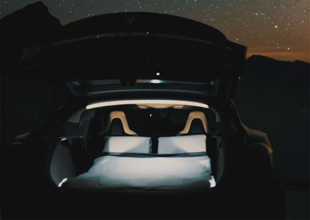 Tesla v úpravě pro výletníky. Když se vybijí baterie, můžete přespat kdekoliv