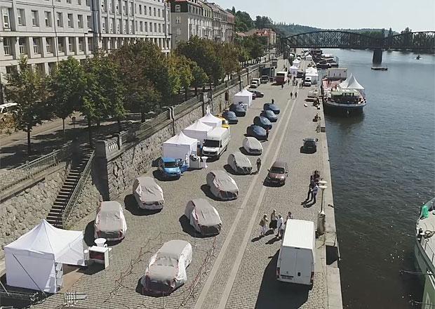 Unikátní pohled: Podívejte se na přípravy výstavy Auta na náplavce z dronu!