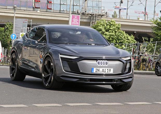Unikátní crossover od Audi vyrazil do ulic. Bez maskování a na značkách!