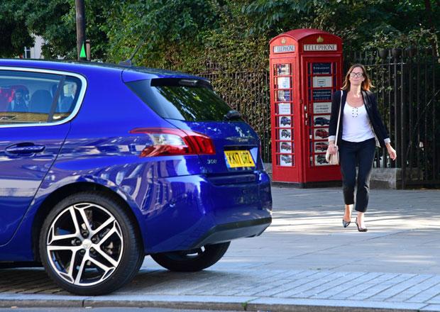 Peugeot otevřel nejmenší dealerství na světě. Vejde se do telefonní budky!