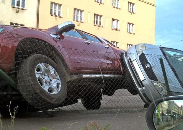 Automobilová gymnastika v praxi. Podívejte se na kuriózní nehodu z Prahy!