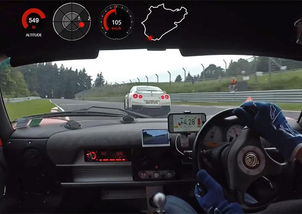 Takového řidiče na Nürburgringu potkat nechcete. Během chvíle dvakrát málem boural!