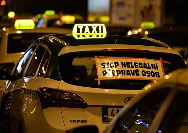 Ministerstvo tvrdí, že jedná s taxikáři o Uberu, ti to popírají