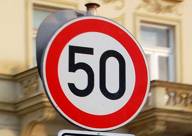 Limit 50 km/h ve městě platí 20 let. Proč se povolená rychlost tehdy snižovala?