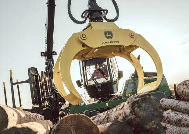 Jak se jezdí lesním monstrem za čtrnáct milionů? Krotili jsme vyvážecí traktor!