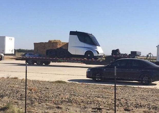 Špion vyfotil elektrický tahač Tesla Semi. Jak vypadá budoucnost nákladní dopravy?