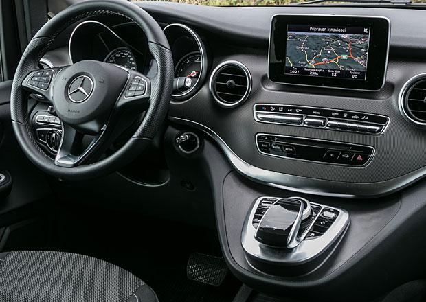 Je za volantem horší psaní SMS, nebo nastavování navigace? Známe odpověď
