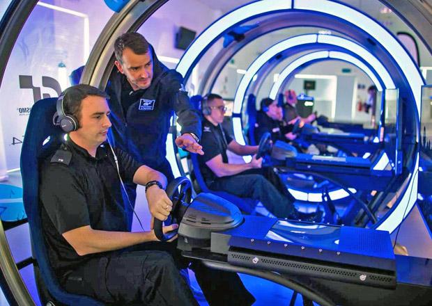Jak zdokonalují řízení policisté v Británii? Hrají závodní hry!