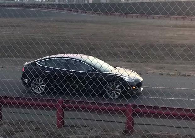 Konec výrobního pekla? Tesla podle všeho testuje výkonnější Model 3