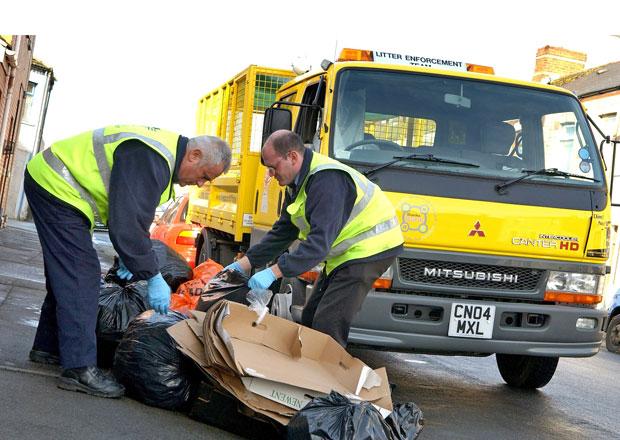 V Británii výrazně vzrostou pokuty za vyhazování odpadků z auta