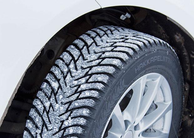 Až pětina aut má na začátku zimy nevhodné pneumatiky. Co to může znamenat?