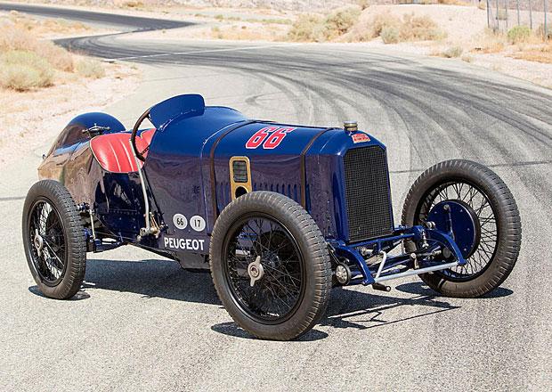 Před sto lety uspěl na legendárním oválu. Teď se závoďák Peugeotu vydražil za hříšné peníze