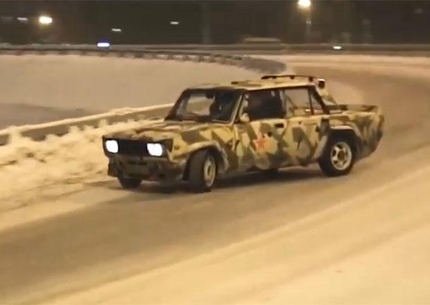 V Rusku není nic nemožné! Podívejte se na driftující žigulíky v centru Moskvy