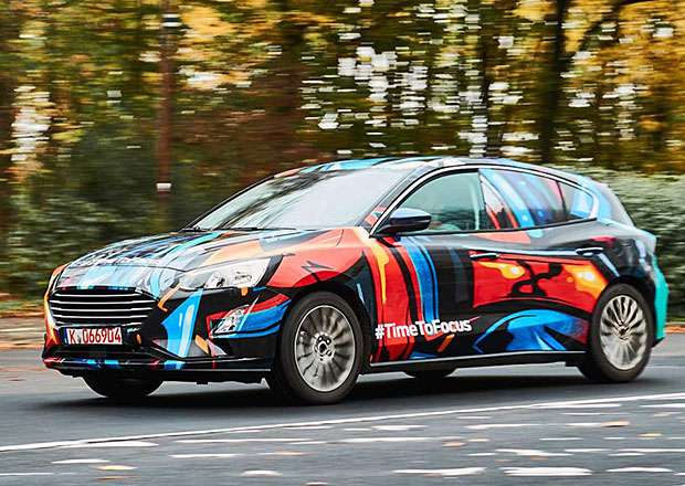 První oficiální foto nového Fordu Focus: Maskování stále nesundal