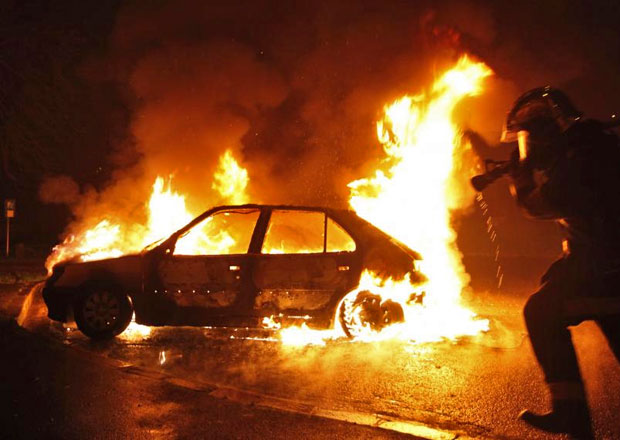 Jak se slaví Nový rok ve Francii? Více než tisícovkou zapálených aut!