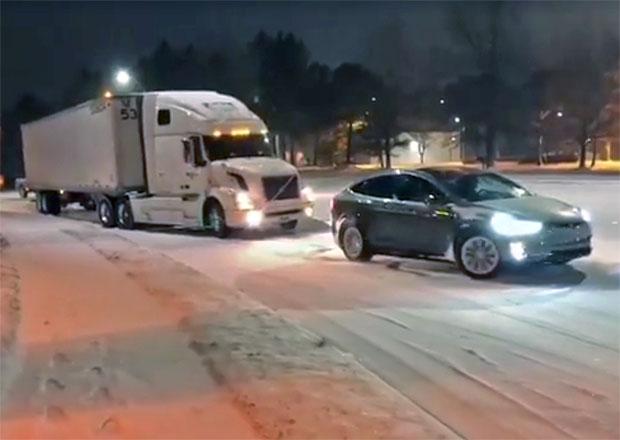 Jak vytáhnout náklaďák na sněhu a ledu? Potřebujete k tomu Teslu!