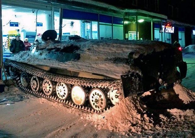 V Rusku: Lupič se do obchodu dostal obrněným transportérem
