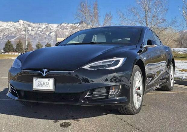 Obyčejně vypadající Tesla skrývá tajemství. Je první svého druhu