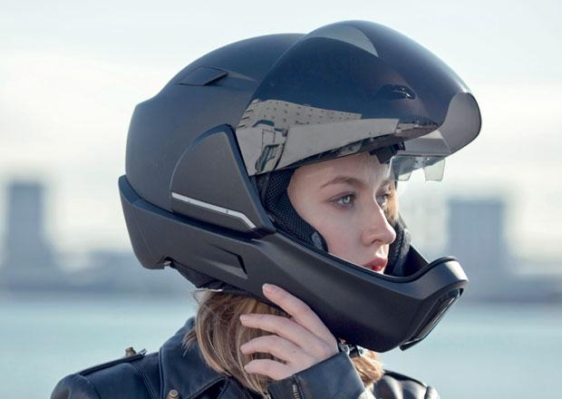 Motocyklová helma blízké budoucnosti: Vidí i dozadu!