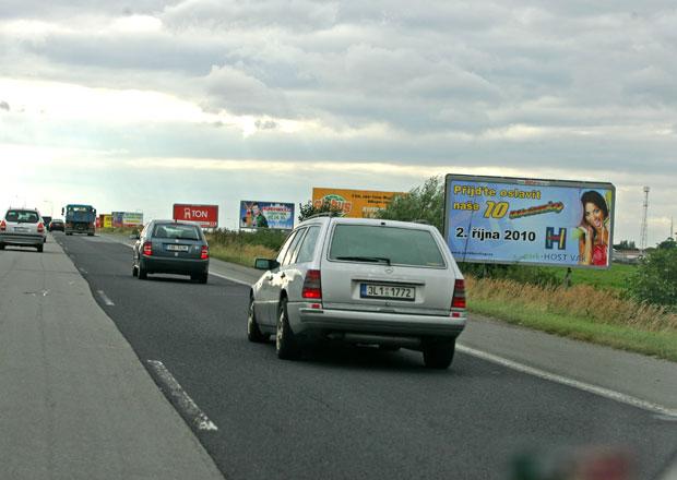 Jak to, že nezmizely poutače od silnic: Proč ještě stojí billboardy?