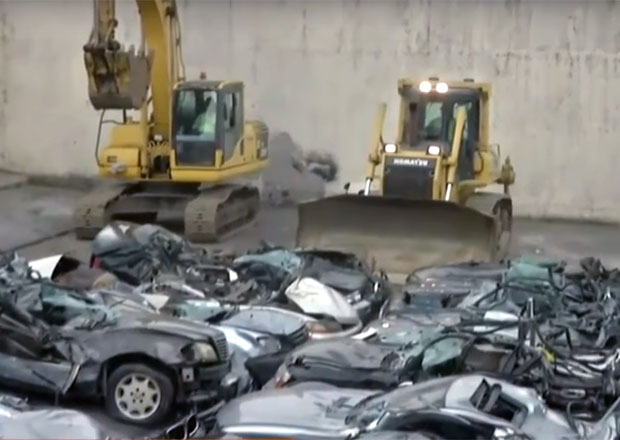 Filipínci nechali zničit Jaguary, Corvetty a Mercedesy za miliony! Za trest...