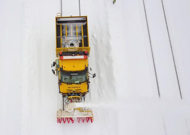 Mercedes-Benz Unimog jako sněhová fréza na kolejích