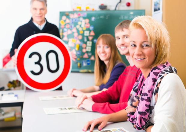 Změní se otázky autoškoly? Budou se je žáci učit nazpaměť?