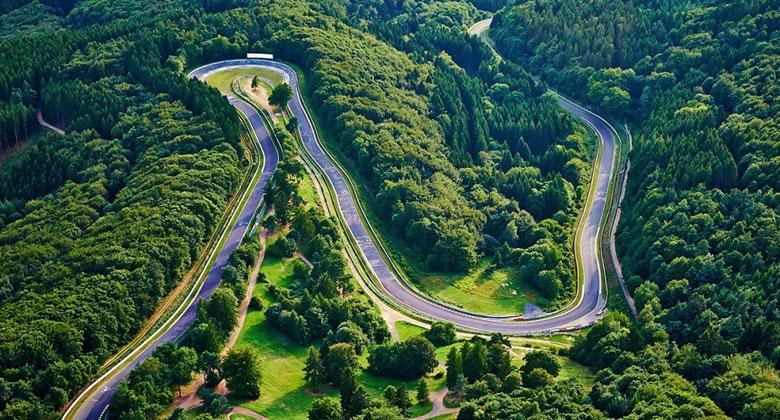 Toyotu už nebaví cestovat za testováním na Nürburgring. Postaví si vlastní!