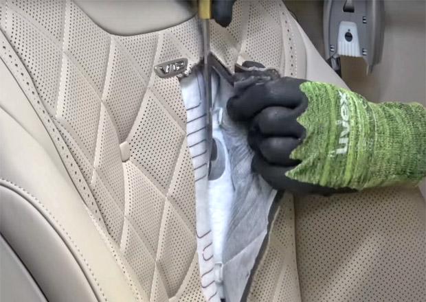 Někoho napadlo rozřezat sedačku Mercedesu S. Co všechno našel?