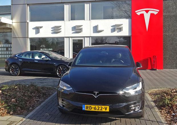 Tesla hasí jeden požár za druhým. Jakým problémům Muskova společnost čelí?
