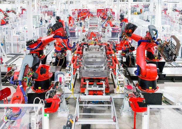 Kvůli tomuto spal Elon Musk v továrně na gauči. Připomeňte si výrobní peklo Modelu 3