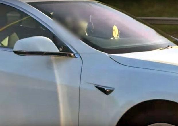 """Tesla S 60 se řítila po britské dálnici """"bez řidiče"""": Co následovalo ?"""